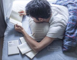 男の子がベッドの上での写真・画像素材[1287268]