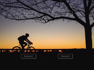 日没の前に馬に乗る男の写真・画像素材[1699015]