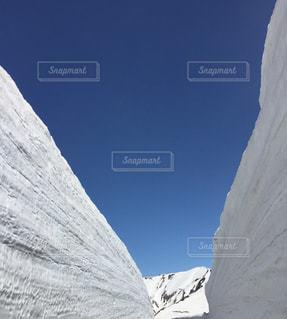 雪に覆われた山の写真・画像素材[1287750]