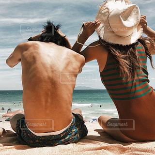 彼氏と白浜の写真・画像素材[1404347]