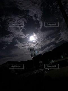 暗い曇り空の人々のグループの写真・画像素材[2427314]
