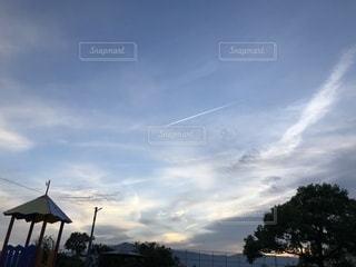 公園からのひこうき雲の写真・画像素材[2430124]