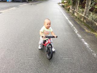 キックバイクに乗る男の子の写真・画像素材[1834087]