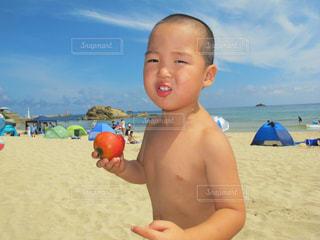 ビーチでトマトを食うの写真・画像素材[1874711]