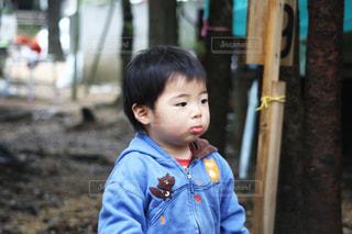青いシャツを着た男の子の写真・画像素材[1878346]