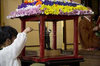 灌仏会にお参りの写真・画像素材[2042958]