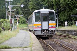 那岐駅を出発する電車の写真・画像素材[3683936]