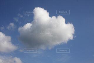 青空にぽっかりと浮かぶ雲の写真・画像素材[3692641]