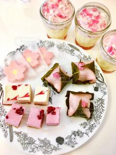テーブルにならべた春の桜スイーツの写真・画像素材[1290237]