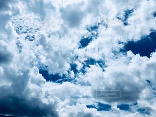 青い空に雲の写真・画像素材[1290867]