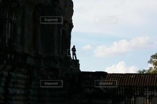 アンコールワット遺跡で佇む人の写真・画像素材[1292915]