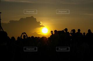 海外の夕焼けを見る人々の影の写真・画像素材[1292929]