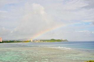 海にかかる虹の写真・画像素材[1302912]