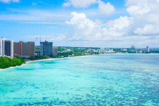 グアムの海と街の写真・画像素材[1302917]
