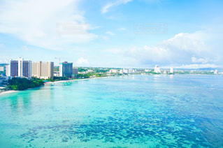 グアムの海と空と街の写真・画像素材[1302919]