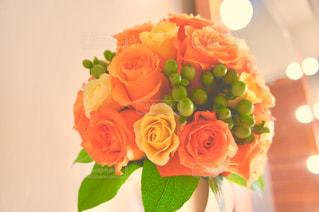 テーブルの上に花瓶の花の花束の写真・画像素材[1302921]