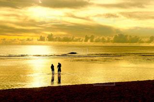 ビーチの夕暮れと家族のシルエットの写真・画像素材[1302924]