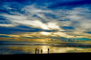 グアムの夕焼けと青い海の写真・画像素材[1302926]