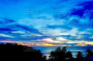 グアムの夕暮れのビーチと空の写真・画像素材[1302929]