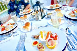 コース料理が並んだテーブルの写真・画像素材[1302930]