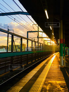 電車の駅で線路に大きな長い列車の写真・画像素材[1415581]