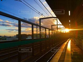 夕陽が輝く駅のホームの写真・画像素材[1415582]