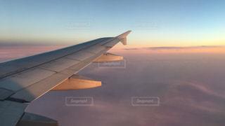 空を飛んでいる飛行機の上空の写真・画像素材[1742094]