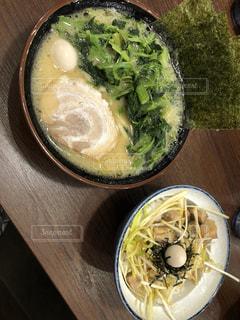 板の上に食べ物のボウルの写真・画像素材[1352520]