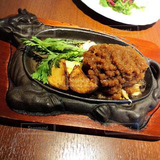 テーブルの上に食べ物のプレートの写真・画像素材[1352527]