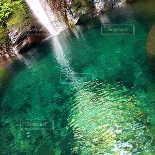 水の体の上の大きな滝の写真・画像素材[1416666]