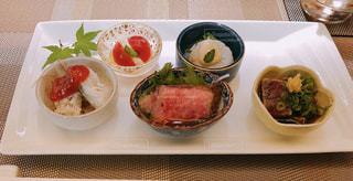 ディナーによる前菜の写真・画像素材[1290558]