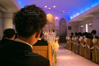 挙式を見つめる男性の後ろ姿の写真・画像素材[1290932]