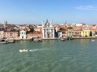 背景にある都市のある水域の小さなボートの写真・画像素材[2178840]