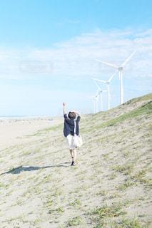 草の覆われてフィールド上に立っている人の写真・画像素材[1554130]