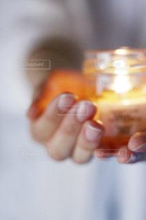 ワインのグラスを持っている手の写真・画像素材[1554281]