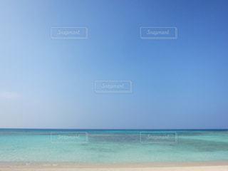 海の横にあるビーチの写真・画像素材[1299749]