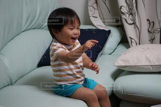 テレビを見て笑う男の子の写真・画像素材[1291889]