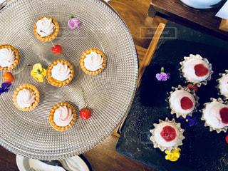 テーブルの上に座っているケーキの写真・画像素材[1292416]