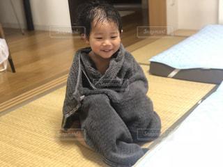 タオルにくるまる小さな子供の写真・画像素材[1292419]