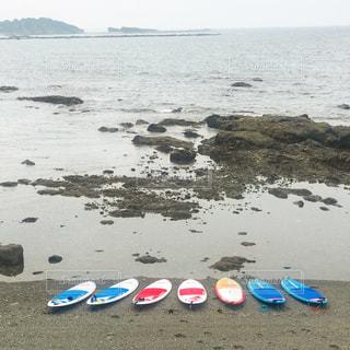 SUPが海岸に並んでいる写真です。の写真・画像素材[1294810]