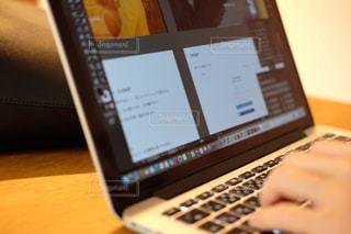 座って パソコン 作業中。集中して仕事しよう!の写真・画像素材[1292556]