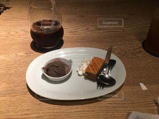 テーブルの上に食べ物のプレートの写真・画像素材[1292499]