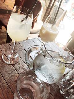 木製テーブルの上に座っているグラスワインの写真・画像素材[1321421]