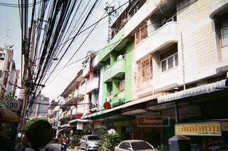 近くに忙しい街の通りのの写真・画像素材[1305136]