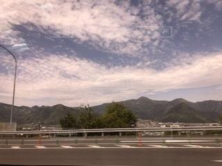 背景の山の高速道路の写真・画像素材[1293596]