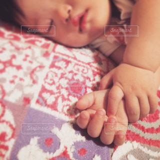 赤ちゃんのぷくぷくお手手の写真・画像素材[1293940]