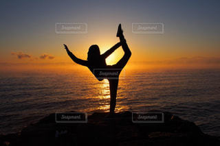 水の体に沈む夕日の写真・画像素材[1297478]