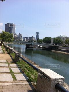 水の体の上の橋の写真・画像素材[1293851]