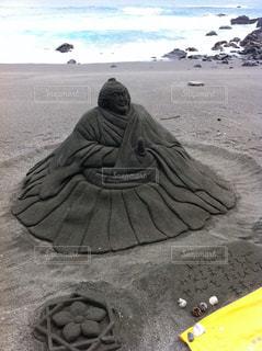 ビーチに座っている男の写真・画像素材[1293854]