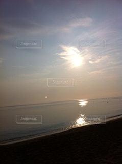 水の体に沈む夕日の写真・画像素材[1293855]